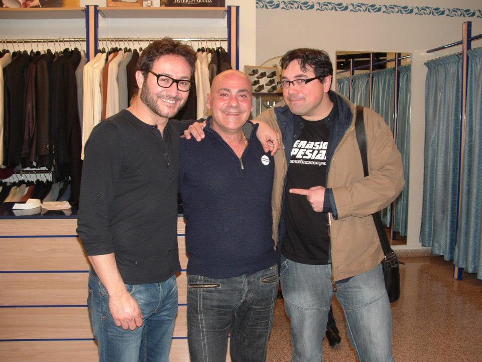 El Actor Carlos Santos y el director Paco Soto  en nuestro comercio haciendole la entrega a Jose Zaragoza de la insignia de Opersiones Espesiales.