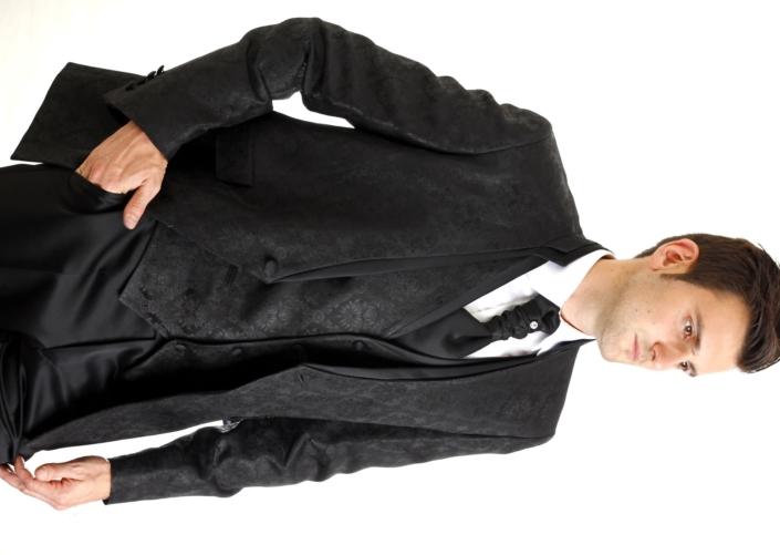 Traje trapeado negro con cuello semi mao y sin solapas, pantalón negro liso
